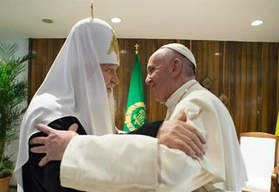 Storico abbraccio tra Papa Francesco e il Patriarca Kirill