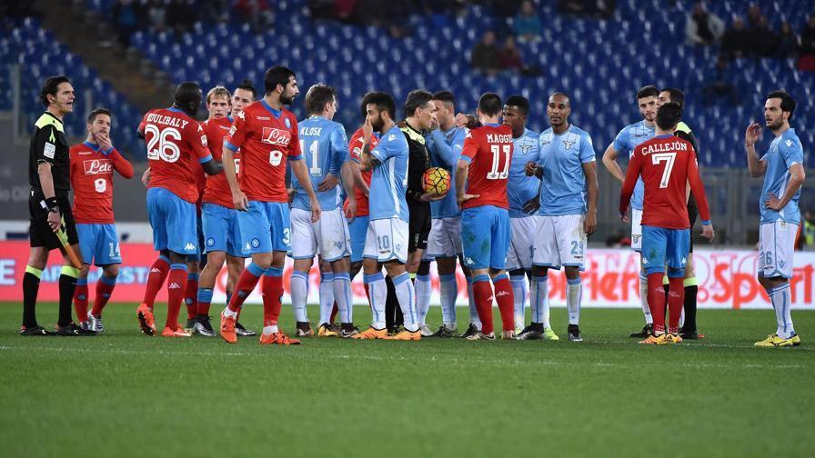 L'arbitro Irrati sospende la partita a causa dei cori razzisti pronunciati contro K.Koulibaly e i tifosi napoletani